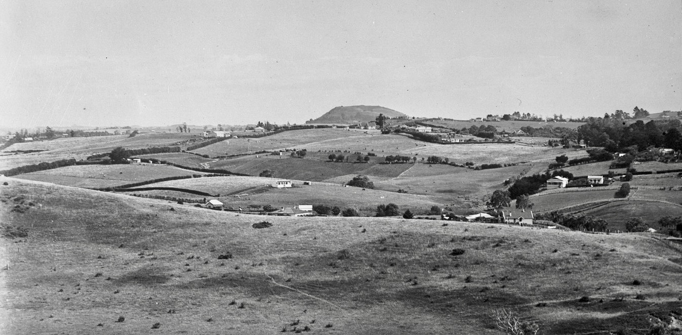 Looking south from West Tamaki Head showing Glendowie and Glen Innes in the foreground and Mount Wellington in the background 1920. Sir George Grey Special Collections, Auckland Libraries, 4-4560